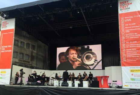 Das JugendJazzOrchester NRW unter der Leitung von Stephan Pfeifer-Galilea präsentierte sich am Sonntag auf der Hauptbühne auf dem gut gefüllten Bonner Markt